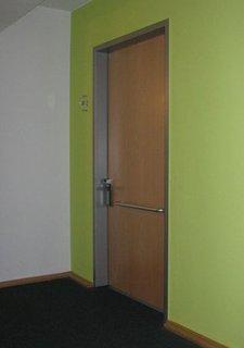 Tür mit quer angebrachtem Griff