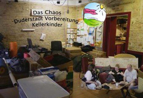 Bild zeigt Chaos im Kellerkinder-Laden mit vielen Dingen für's Sommercamp