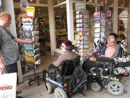 Auch beim Postkartenkaufen gibt es keinen ebenerdigen Zugang für RollstuhlnutzerInnen