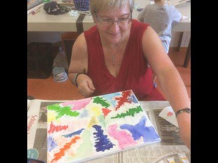 Petra Kaper kreativ am Werk in der Kreativ-Werkstatt des Sommercamps