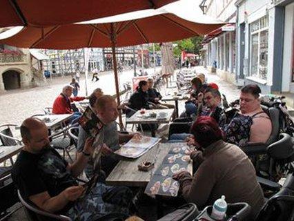 Gruppe beim Eis Essen im Eiscafé