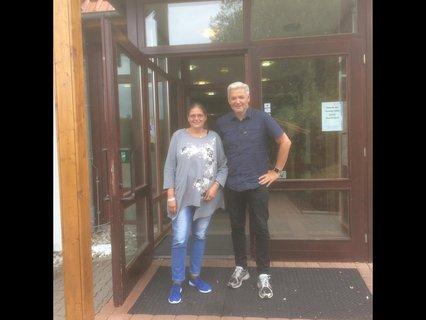 Martina Scheel und Hubert Hüppe am Eingang des Jugendgäestehauses in Duderstadt