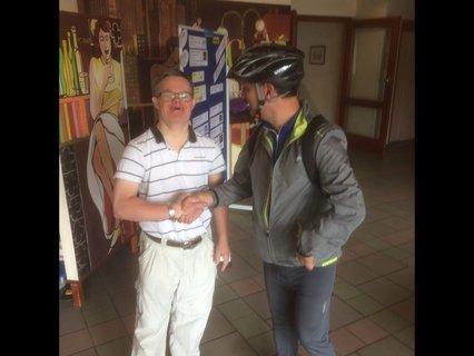 Armin Rist im Gespräch mit Stefan Göthling, der noch den Fahrradhelm auf hat