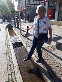 Gertrud mit einem Fuß über dem Bach