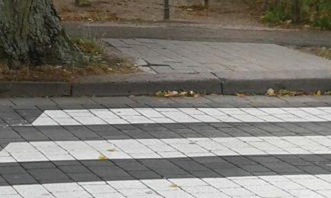 Nicht abgeflachter Bordstein an einem Überweg mit Zebrastreifen auf dem Privatgrundstück der Klinik in Wiesbaden