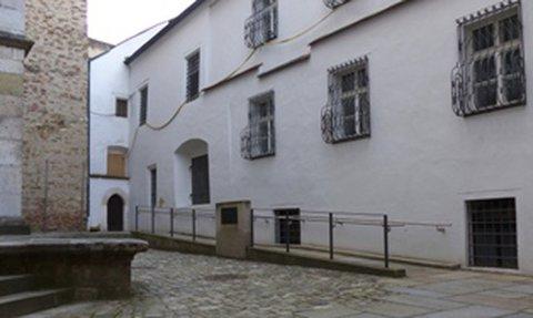 Schräge am Eingang zum Dom in Regensburg