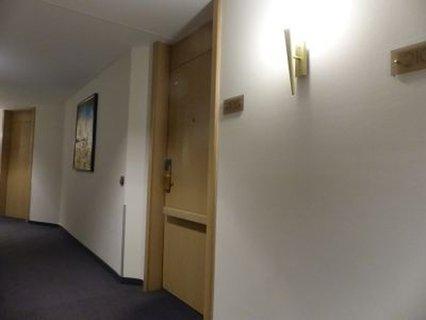 Tür mit quer angebrachtem Handgriff im Hotel