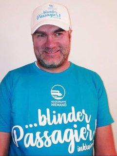 Markus Ertl mit T-Shirt der Reisegruppe Niemand mit der Aufschrift