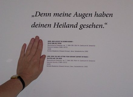Der rechts der Hand stehende Text (zwölf Zeilen) ist, obwohl kontrastreich gestaltet, deutlich zu klein. Außerdem liegt die Lesehöhe bei 150 cm und ist damit zu hoch angebracht.