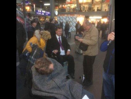 Heinrich Buschmann und andere Aktive am Berliner Hauptbahnhof bei der Kundgebung
