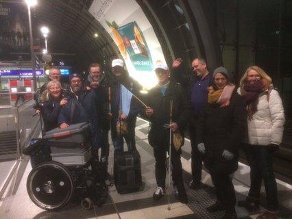 Einige sind zur Abfahrt der Reisegruppe an den Berliner Hbf gekommen - Gruppenbild