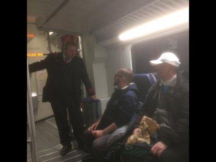 Rolf Allerdissen im Gespräch mit einem Bahnmitarbeiter