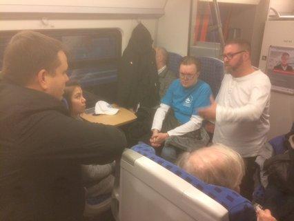 Angeregte Diskussion mit einem Mitarbeiter von DB Regio im Zug von Magdeburg nach Leipzig
