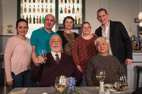 Aytekin Demirbas zweiter hinten links mit DarstellerInnen der Lindenstrasse und seiner Schwester und Freundin