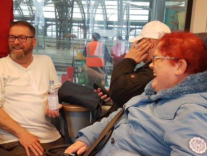 Carola Nacke im Zug mit der Reisegruppe Niemand