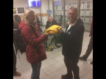 Sabine Müller aus Dresden überreichte Rolf Allerdissen von der Reisegruppe Niemand ein Päckchen mit Stollen