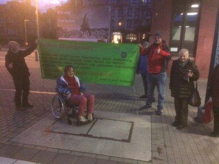 Zum Abschied wurde in Arnstadt das Transparent mit Artikel 3 des Grundgesetzes am Bahnsteig gezeigt
