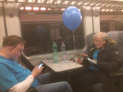 Thomas und Carola Szymanowicz mit blauem Gasluftballon dazwischen