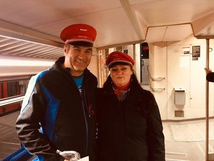 Markus Ertl und Sabine Unger vom Bahnhofsmanagement Rosenheim mit roter Bahnmütze