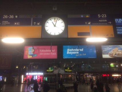 Bahnhofsuhr zeigt kurz nach 23:00 Uhr