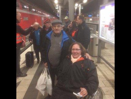 Hilda Back und ihr Mann Willi mit den Leckereien am Bahngleis in Ingolstadt