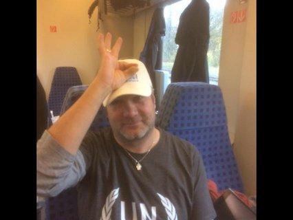 Gebärde Null Ahnung von Markus Ertl mit einem O aus Daumen und Zeigefinger mit 3 Fingern nach oben an die Stirn gehalten