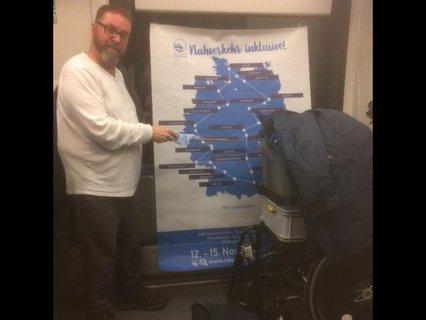 Rolf Allerdissen am Banner mit der Landkarte zur Tour