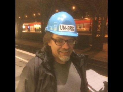 Bernd Woltmann mit blauem Helm mit der Aufschrift UN-BRK