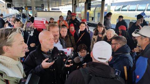 Bild vom Empfang in Hannover und der Kundgebung am Gleis