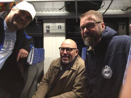 Markus Ertl und Rolf Allerdissen im Gespräch mit Uli Hase im Zug nach Lübeck