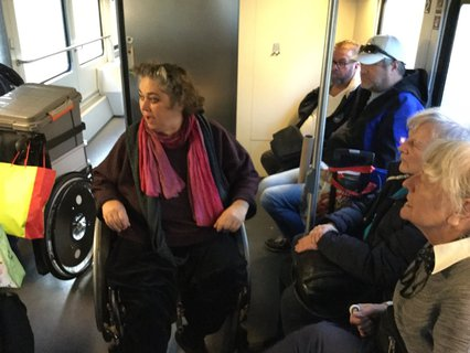 Kassandra Ruhm im Zug nach Hamburg mit der Reisegruppe