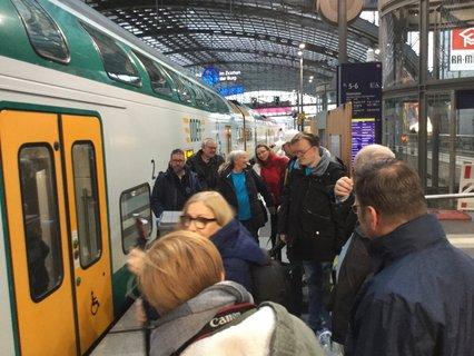Ankunft auf Gleis 12 mit viel Trubel am Bahnsteig am Berliner Hauptbahnhof