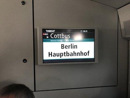 Bildschirm im Zug mit Anzeige Berlin Hauptbahnhof