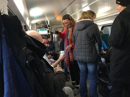 Andrea Fabris vom BSK versorgt die Gruppe im vollen Zug mit Kaffee