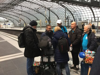 Gruppenbild der Reisegruppe Niemand nach der Rekordreise am Berliner Hauptbahnhof am 15.11.2019