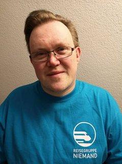 Thomas Szymanowicz mit T-Shirt der Reisegruppe Niemand