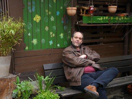 Ottmar Miles-Paul sitzt auf einer Bank