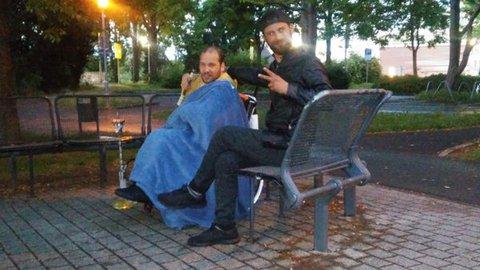 Markus beim Shisha-Rauchen im Park. Rechts neben ihm sein Assistent