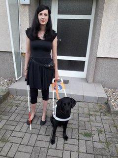Jennifer Sonntag mit ihrem Führhund Paul vor der Haustür