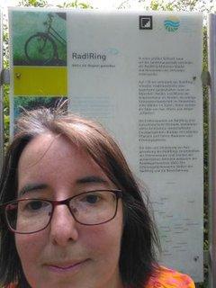 Amina Urban vor dem Schild des RadlRing