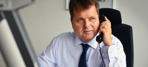 Jürgen Dusel am Telefon
