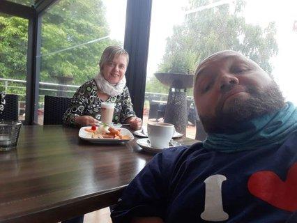 Denise Schafer und Ronny Blume beim Kaffeetrinken im Restaurant