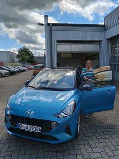 Martina Scheel beim Abholen ihres neuen Autos