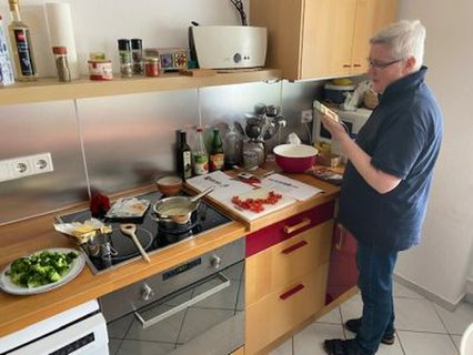 Susanne Göbel in der Küche beim Sommercamp-Kochen