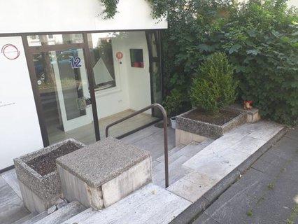 Stufen vor einer Krankengymnastikpraxis in Kassel