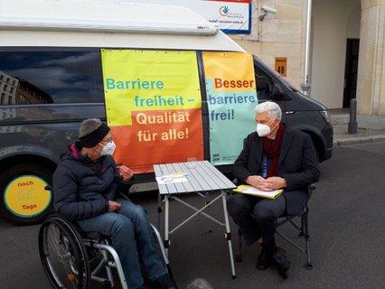 Dr. Sigrid Arnade im Gespräch mit Dr. Rolf Schmachtenberg vor dem Mehr Barrierefreiheit Wagen