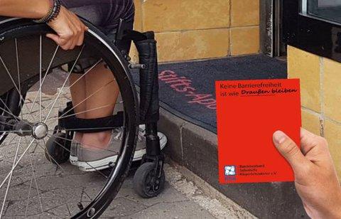 Rollstuhlnutzerin vor einer Apotheke mit Stufe und Roter Karte