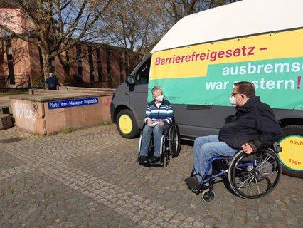 Matthias Rösch im Gespräch mit Dr. Sigrid Arnade am Mehr Barrierefreiheit Wagen