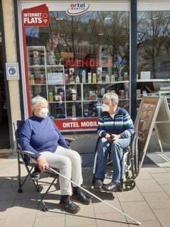 Gerlinde Busch und Dr. Sigrid Arnade vor einem Handy-Laden in Mainz