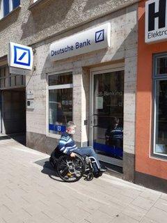 Dr. Sigrid Arnade vor der Filiale der Deutschen Bank in Mainz